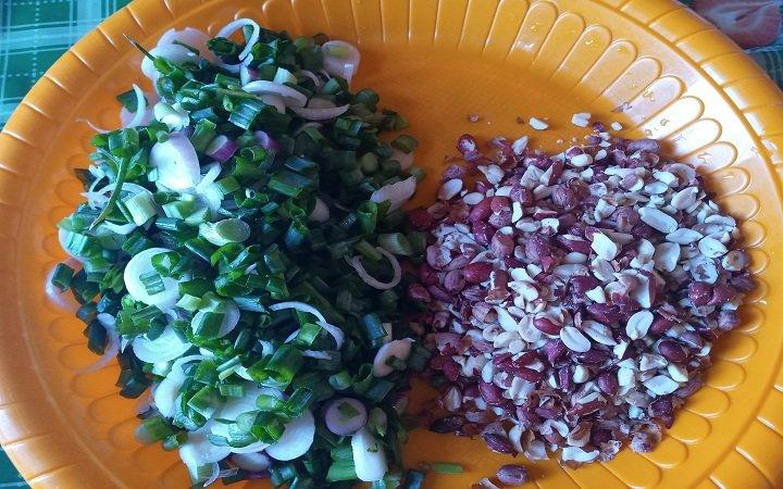 Chopped spring onion and crushed groundnut